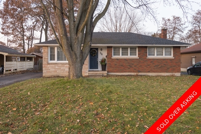 Glenview, Lincoln, Oak House for sale:  3+1  Tile Backsplash, Hardwood Floors, Plush Carpet 1,014 sq.ft. (Listed 2017-12-04)